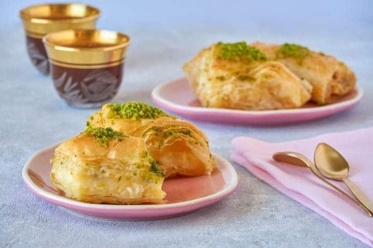 حلويات تركية تزين موائد العائلات الفلسطينية في العيد