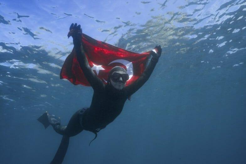 شاهقة أرجومان.. أول تركية تغوص في مياه أنتاركتيكا