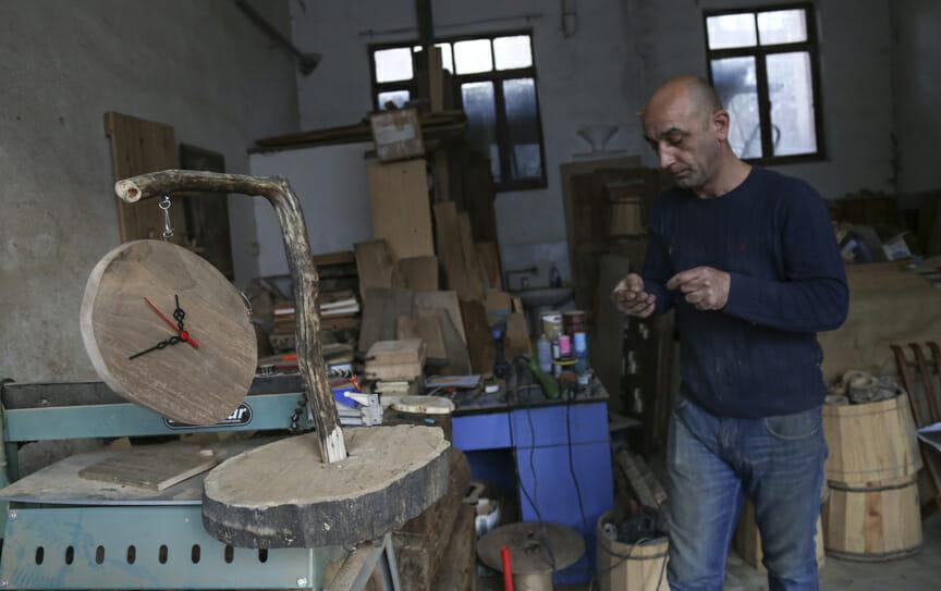New folder 7 8eb3fbb7 dea6 414f a0d5 cc9d1fb0ae5b - حرفي تركي يحول النفايات الخشبية لتحف فنية