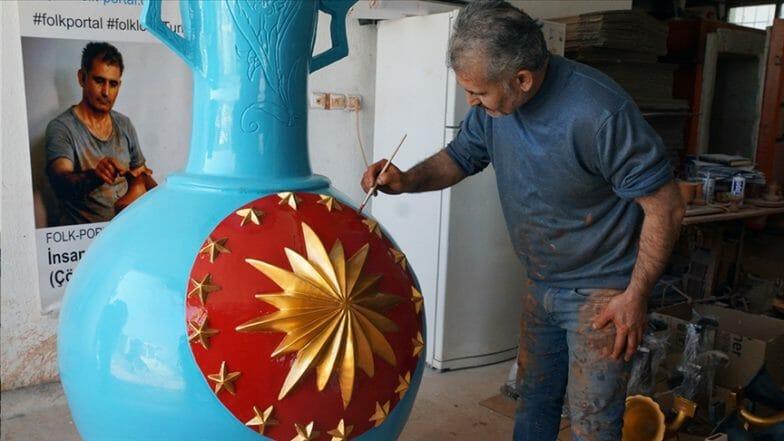 تركي يصنع مزهرية فخارية بطول 3.5 متر