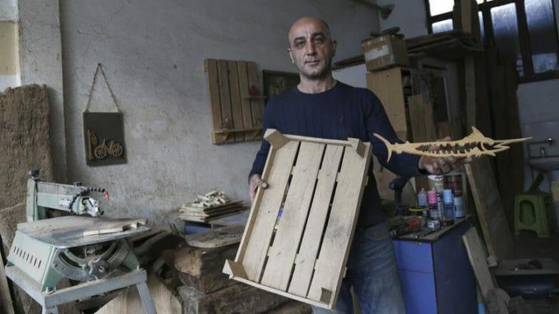 حرفي تركي يحول النفايات الخشبية لتحف فنية