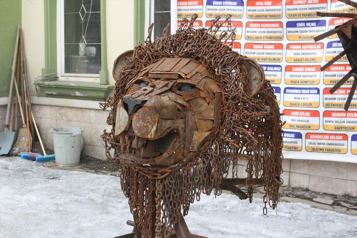 D1rcv9EWoAUruOZ - تركي يحول نفايات الخردة إلى تحف فنية