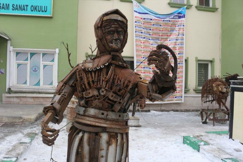 تركي يحول نفايات الخردة إلى تحف فنية