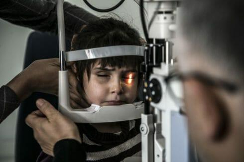 بعد تدخل فريق طبي تركي.. طفلة سورية تستعيد نظرها