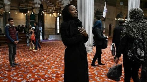 من هي المغنية الأمريكية الشهيرة التي أعلنت إسلامها من إسطنبول وما علاقة نيوزيلندا؟