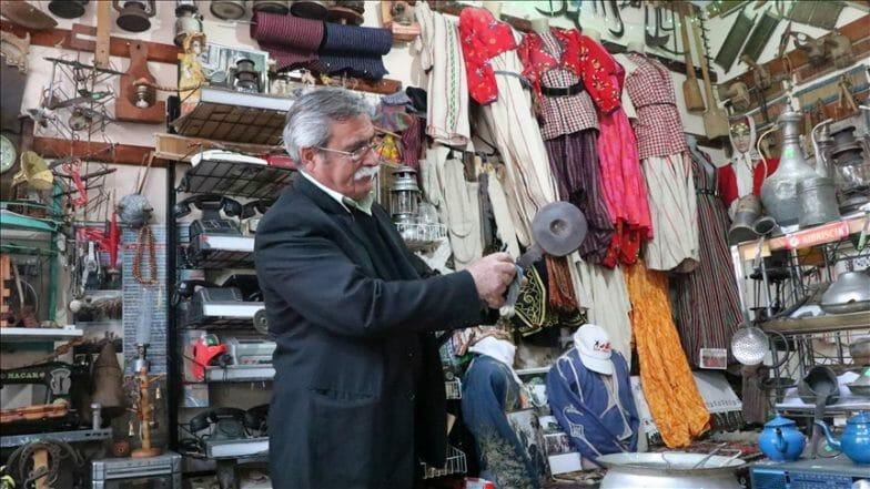 متقاعد تركي يؤسس متحفا لعرض مقتنياته التقليدية
