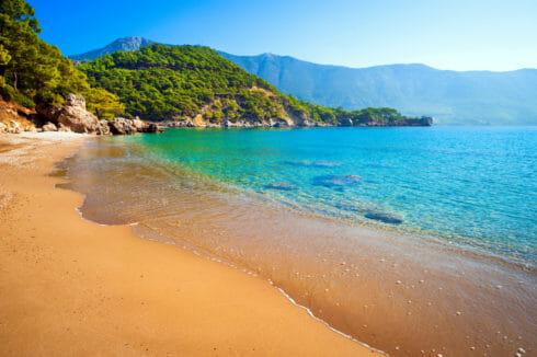 مع اقتراب فصل الصيف.. حملة بيئية شاملة لتنظيف الشواطئ التركية