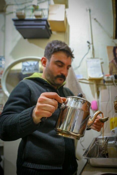 0x0 1554366549474 - طيور الحمام تستقبل الزبائن في مقهى تركي!