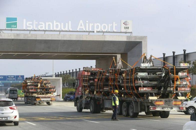 """بالصور.. استمرار عملية الانتقال بين مطاري """"أتاتورك"""" و""""إسطنبول"""""""
