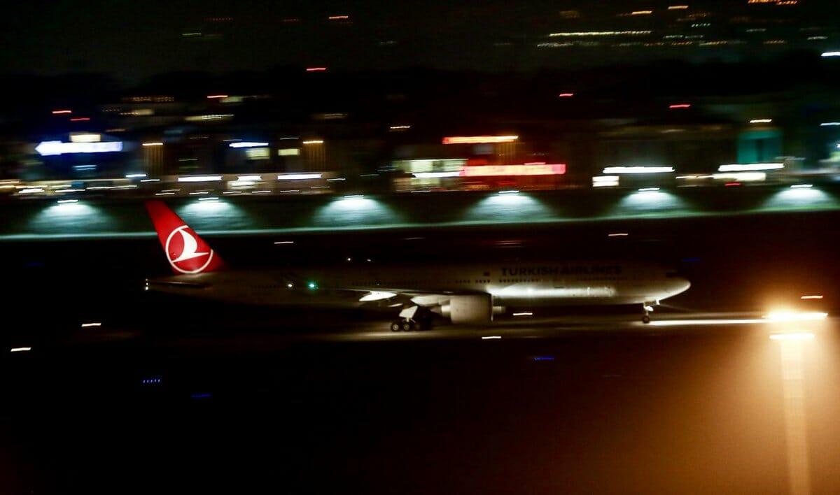 D3c3 W6WAAI20Ab - مطار أتاتورك يودع آخر طائرة داخلية بأجواء من الفرح والإثارة
