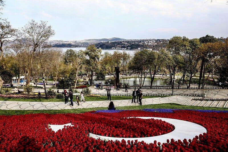 D3tMotoWkAEjKwu - حدائق إسطنبول تتزين بأزهار التوليب ذات الألوان المبهجة