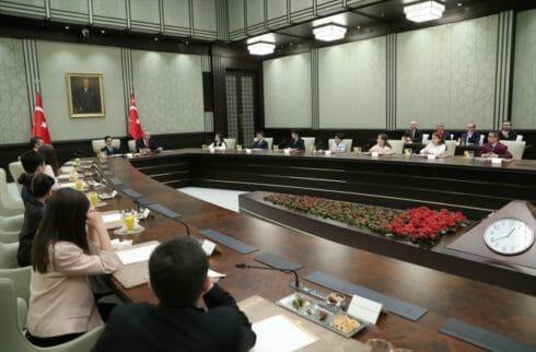 بالصور والفيديو : تنازل اردوغان عن مقامه الرئاسي