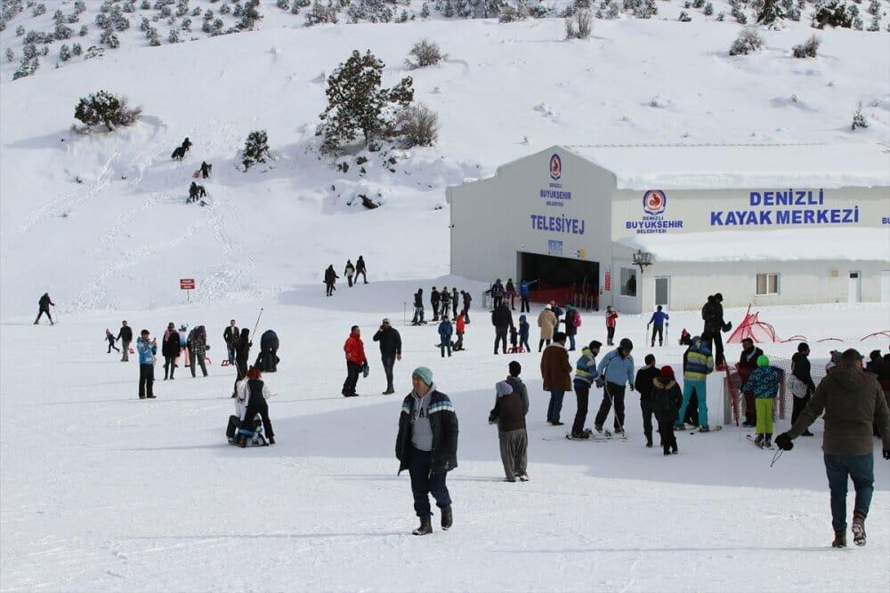"""20200105 2 40172227 50938808 Web - خلال يومين.. 25 ألفا يستمتعون بالتزلج في مركز """"دنيزلي"""" التركي"""