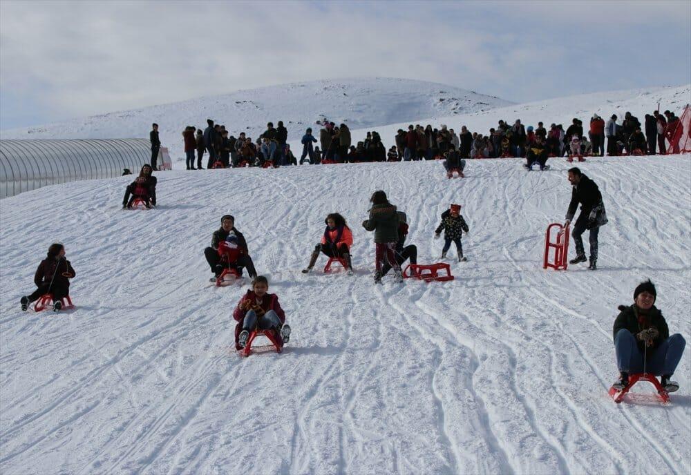 """20200105 2 40172227 50938809 Web - خلال يومين.. 25 ألفا يستمتعون بالتزلج في مركز """"دنيزلي"""" التركي"""