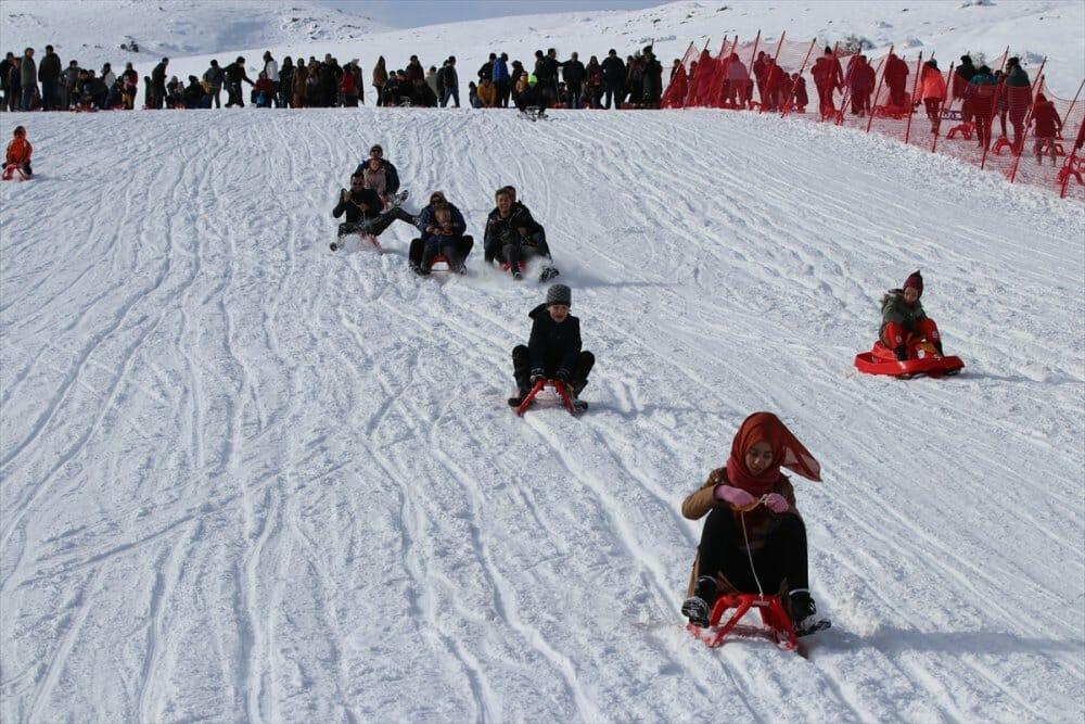 """20200105 2 40172227 50938825 Web - خلال يومين.. 25 ألفا يستمتعون بالتزلج في مركز """"دنيزلي"""" التركي"""