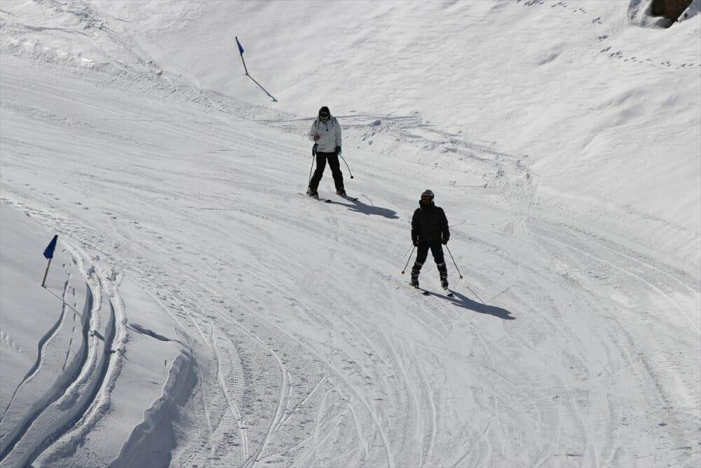 """20200105 2 40172227 50938829 Web - خلال يومين.. 25 ألفا يستمتعون بالتزلج في مركز """"دنيزلي"""" التركي"""