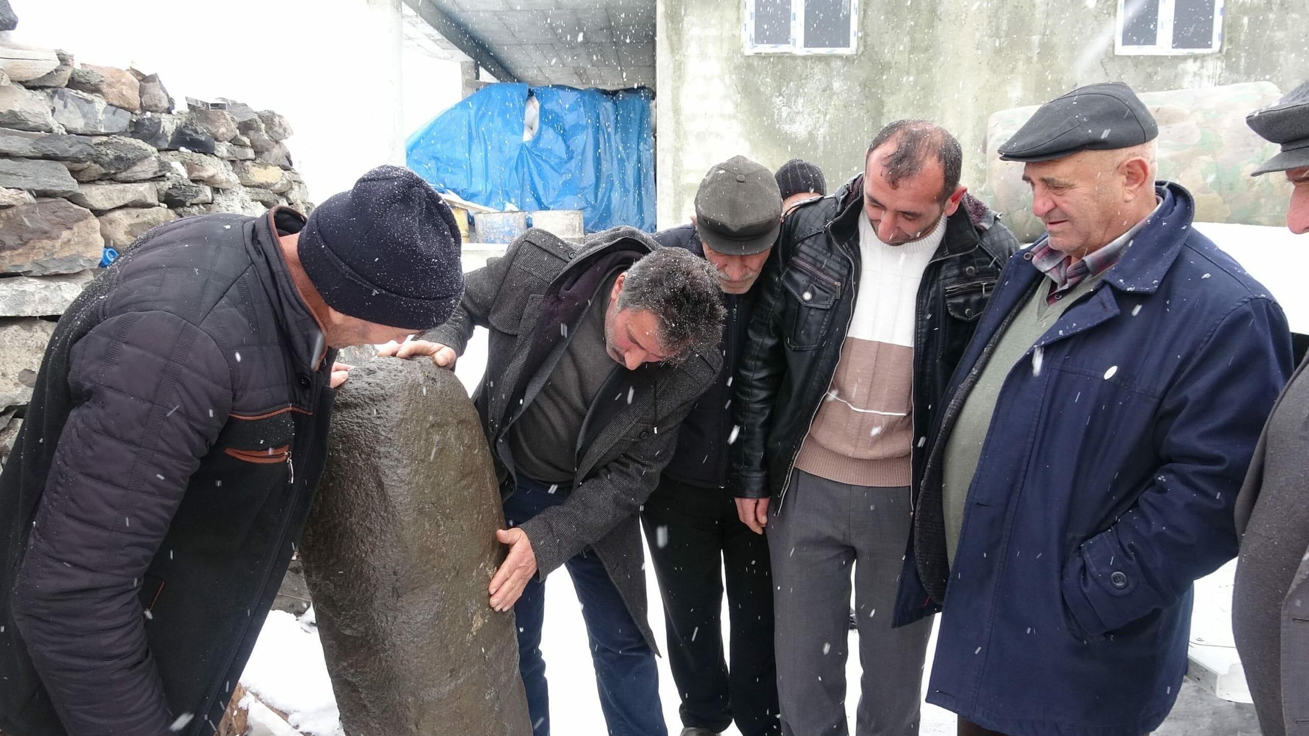 208c2243ba7049099dba4de029d8988a scaled - رجل تركي يعثر على تمثال يعود عمره ل 2500 عام بالصدفة