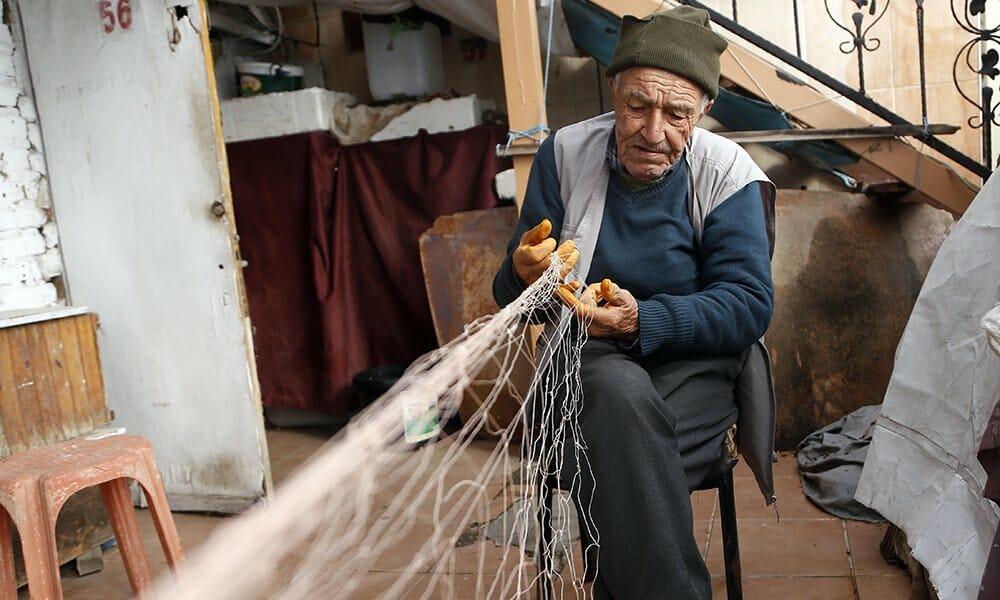 EQWc3UoXYAAJfqj - صياد سمك تركي بلغ من العمر 88 عام ومازال يعمل
