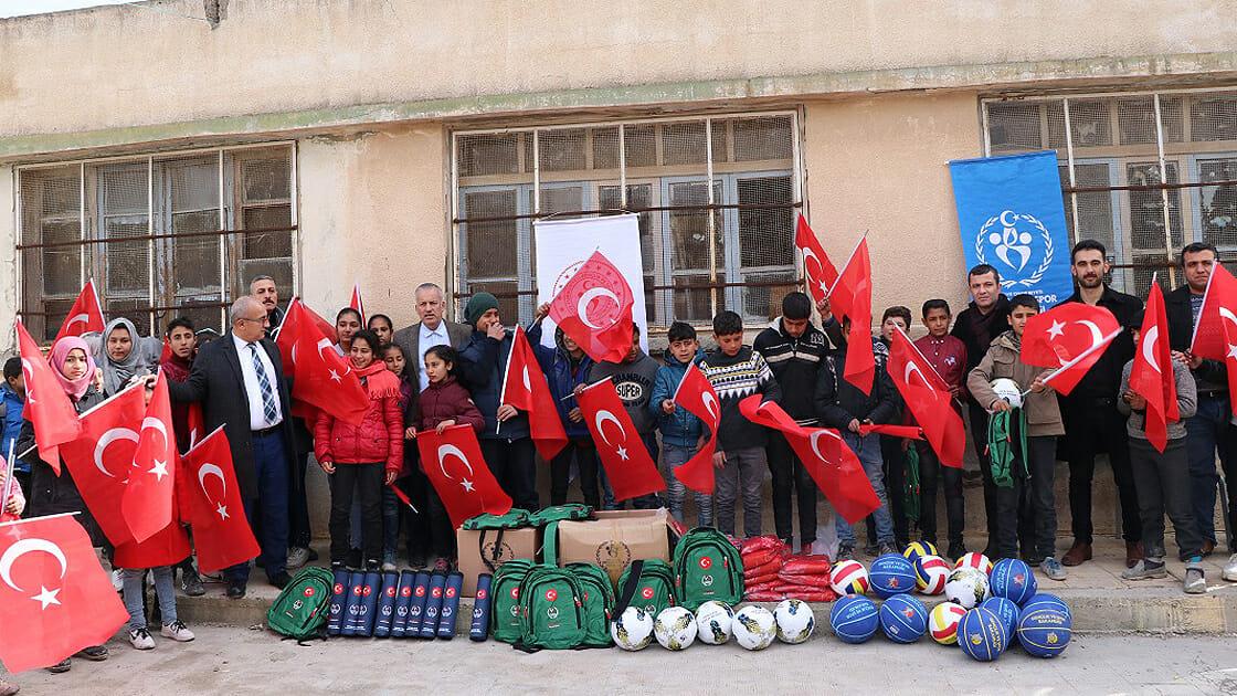 """eylul ekimyeni bariss - تركيا تجهّز مدارس """"نبع السلام"""" بالمعدات الرياضية"""