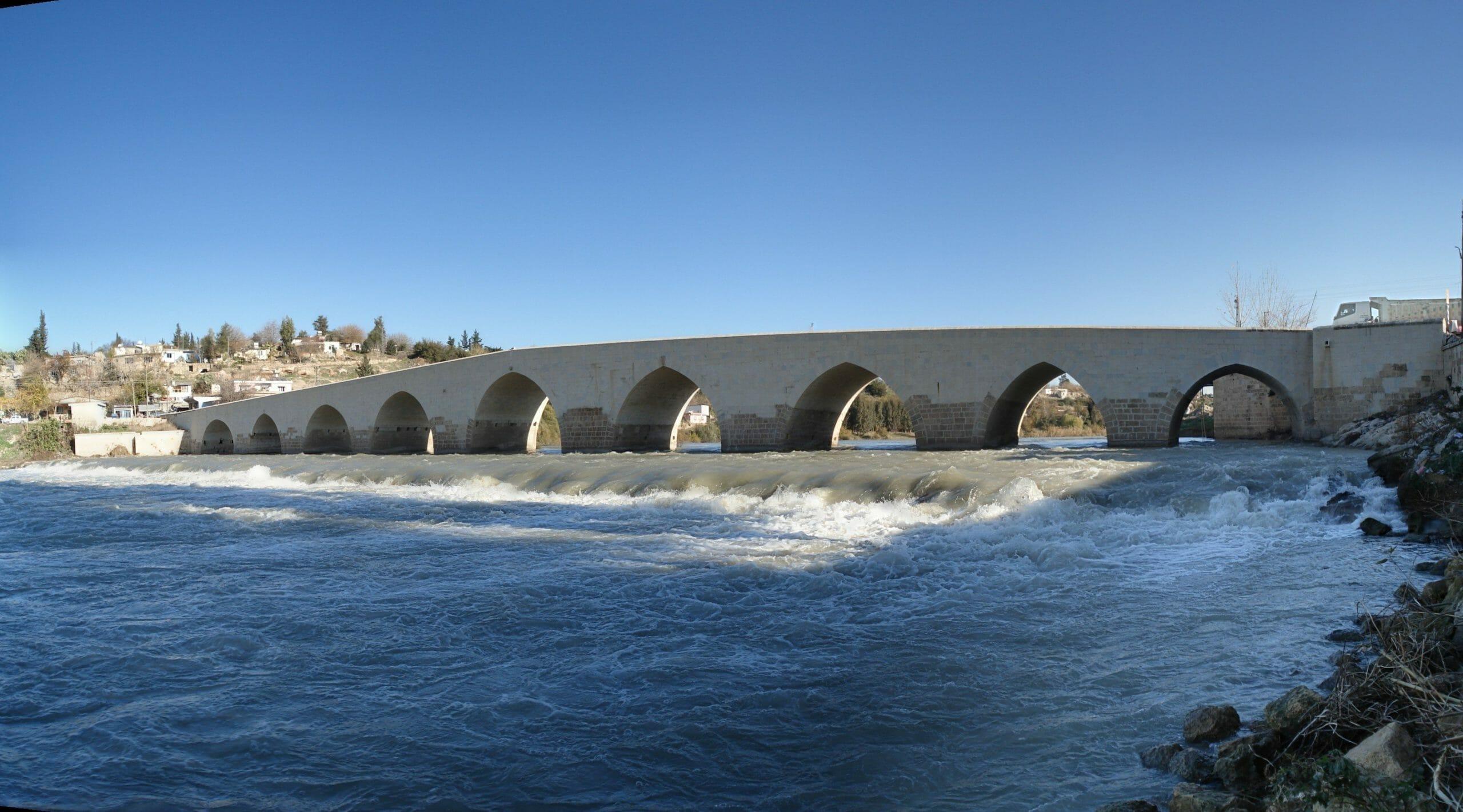 "misis koprusu panoramik scaled - جسر ""ميسيس"" جنوب تركيا.. على طريق حلب-أضنة منذ 1700 عام"