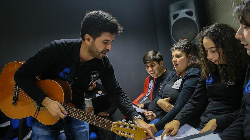 بالموسيقى.. مدرس تركي يدمج أطفال التوحد بالمجتمع