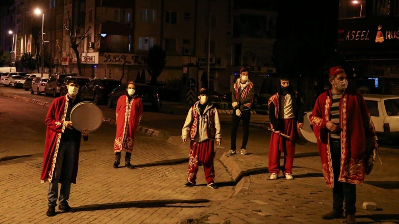 1262386 - مسحراتيون يجوبون الشوارع في اسطنبول بالكمامات