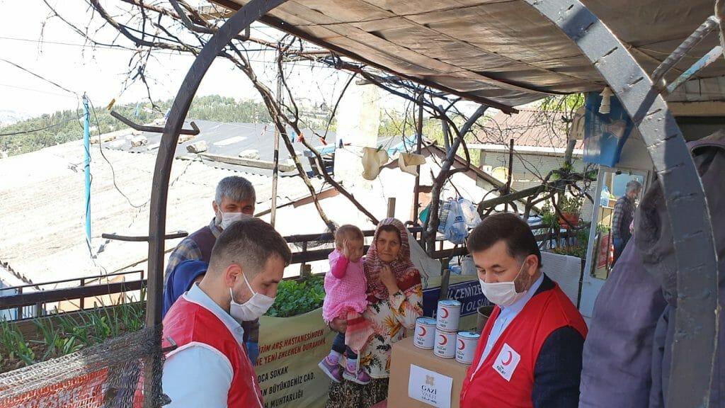 WhatsApp Image 2020 04 17 at 3.54.46 PM 1024x576 1 - بالتعاون مع الهلال الأحمر التركي .. وقف غازي يوزع مساعدات للمحتاجين في منطقة العمرانية التركية