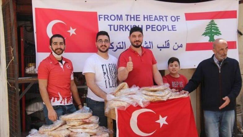 رمضان بلبنان.. السفارة التركية توزع الخبز على المحتاجين