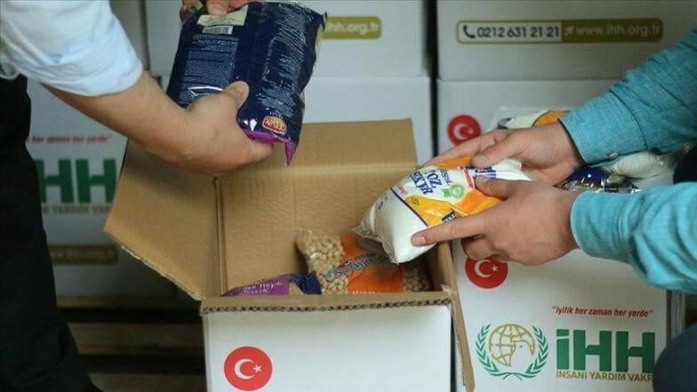 """""""IHH"""" التركية تقدم مساعدات للعائلات الفقيرة بغزة"""