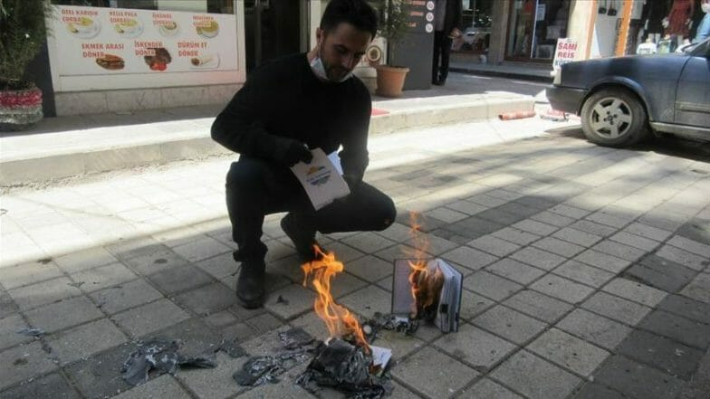 "مطعم تركي يحرق دفاتر ديونه دعما لـ""حملة كورونا"""
