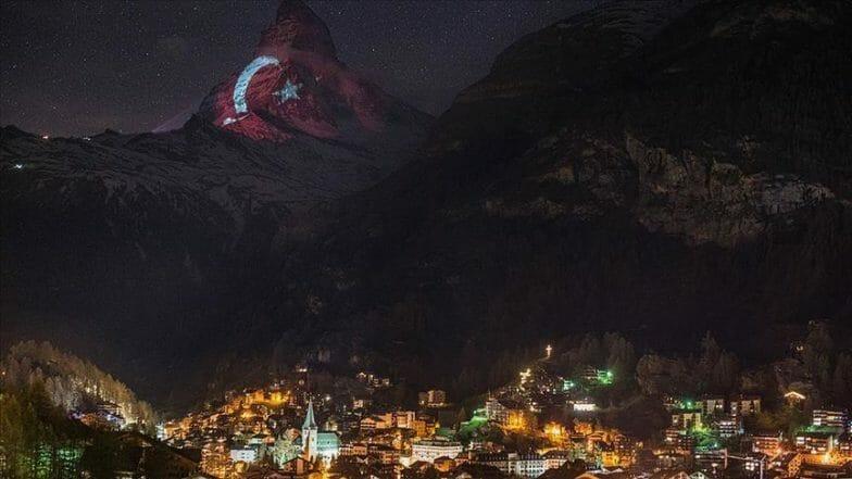 العلم التركي يُشع في أعالي جبال الألب