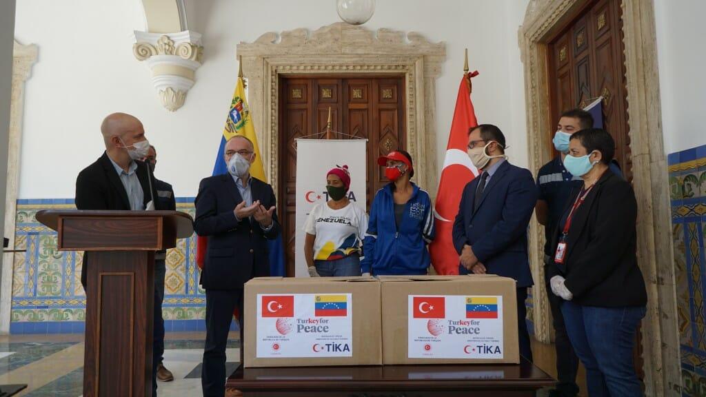 1.1024. - تيكا التركية توزع طرودا غذائية على 400 أسرة فنزويلية