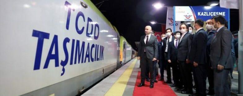 أول قطار محلي تركي يمر عبر مرمراي
