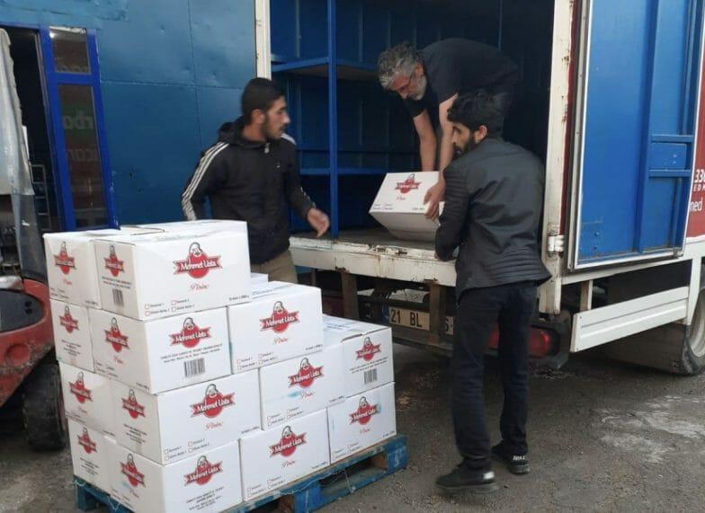 """ضمن حملة """"التضامن الوطنية"""".. ياسين أقطاي يقدم مساعدات غذائية في مسقط رأسه"""