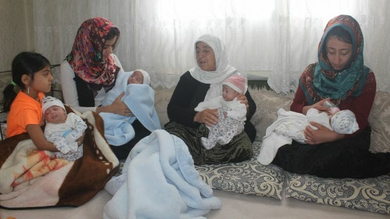 23977236 1589018003 1589018950 - ولادة أربع توائم في الشهر السابع لعائلة تركية