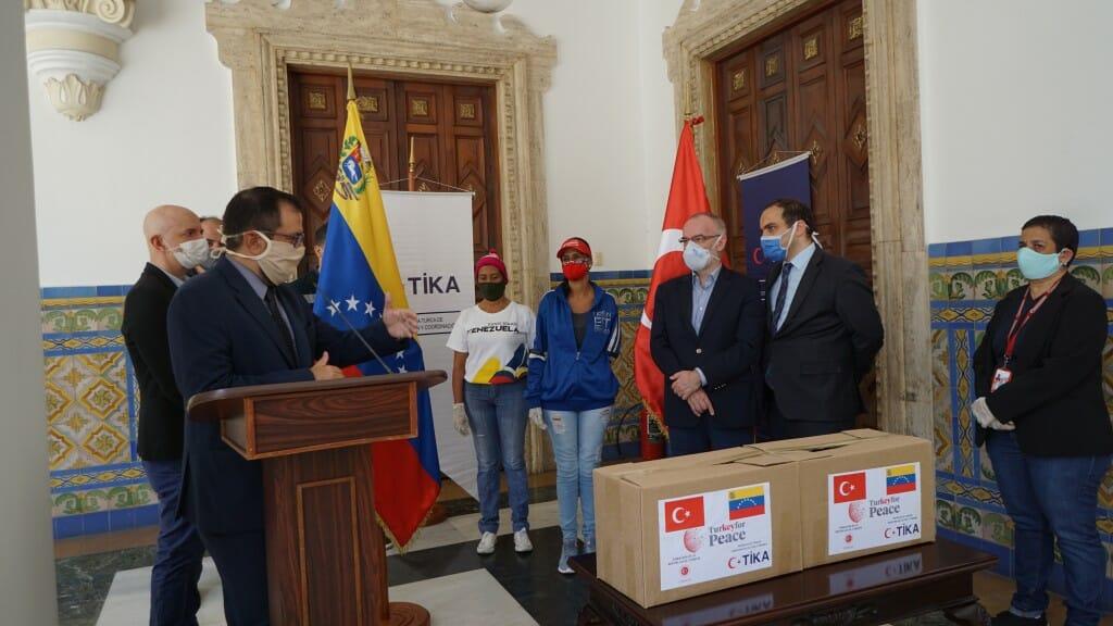 4.1024. - تيكا التركية توزع طرودا غذائية على 400 أسرة فنزويلية