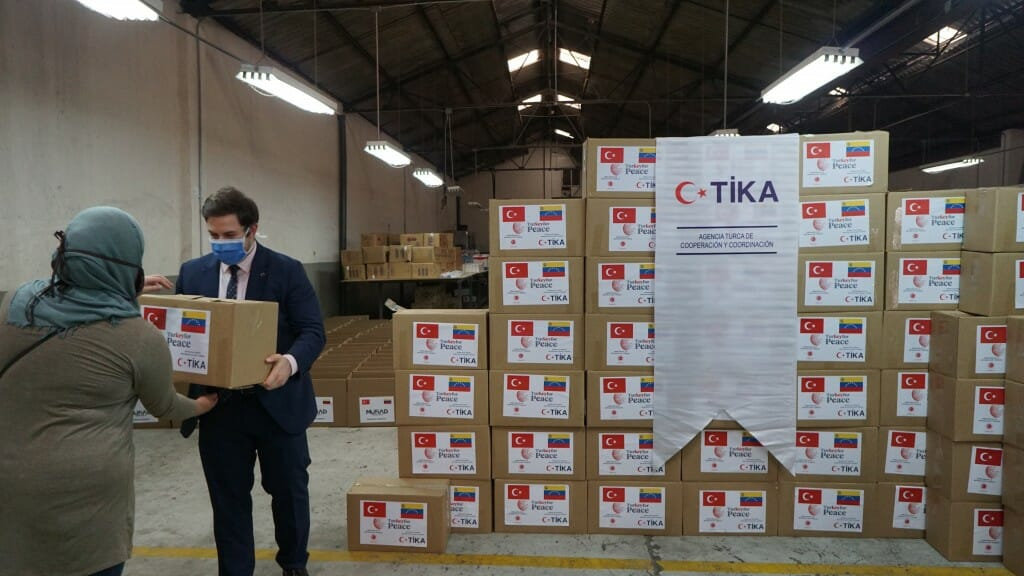 7.1024. - تيكا التركية توزع طرودا غذائية على 400 أسرة فنزويلية