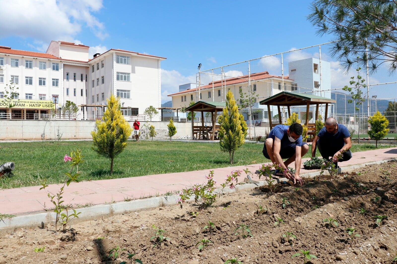 EWso8 XUEAUdU8V - ضباط أتراك يرمّمون المدرسة التي قضوا فيها فترة الحجر الصحي