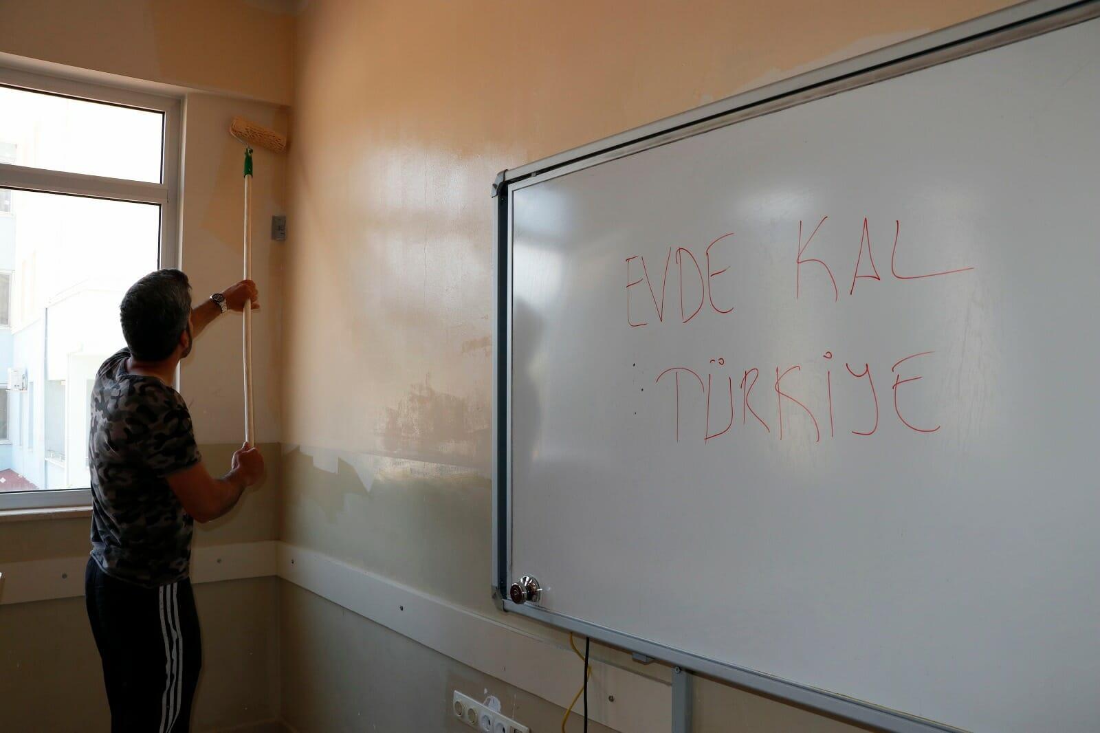 EWso dBUcAcjYrk - ضباط أتراك يرمّمون المدرسة التي قضوا فيها فترة الحجر الصحي