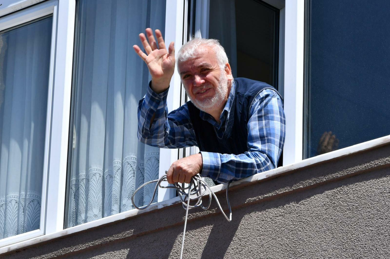 EXkdecEWoAAqNTD - بلدية الفاتح في إسطنبول توزع مساعدات طبية للمواطنين في منازلهم
