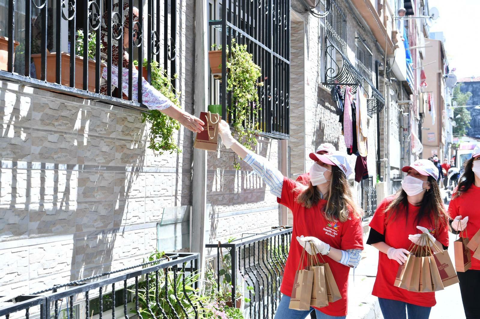 EXkdiF WAAAJ9 4 - بلدية الفاتح في إسطنبول توزع مساعدات طبية للمواطنين في منازلهم