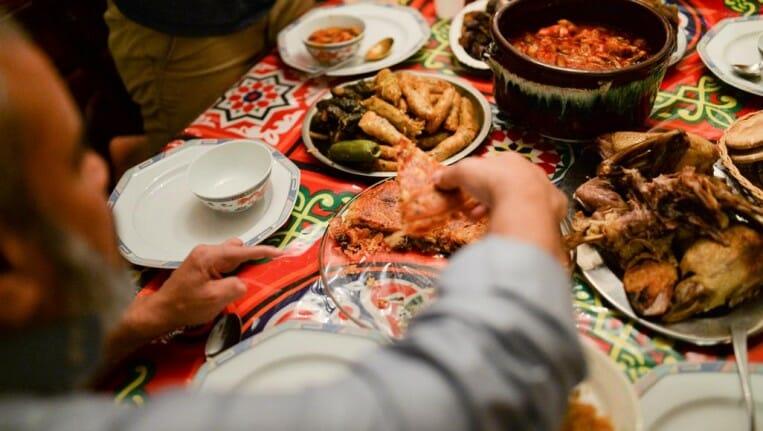 لماذا حذر الأطباء من النوم بعد تناول إفطار رمضان؟