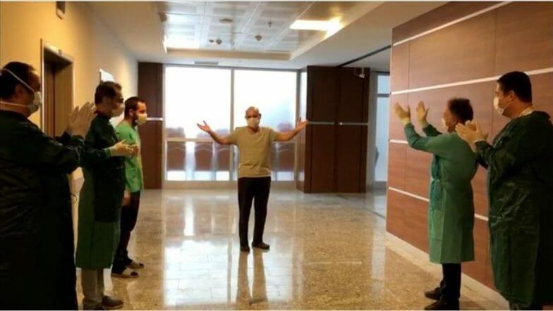 تعافى من كورونا.. طبيب تركي يغادر المستشفى وسط تصفيق زملائه