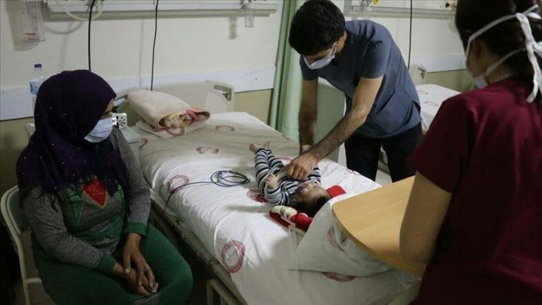 استجابة لنداء أمه.. أطباء أتراك يبدأون رحلة علاج رضيع سوري