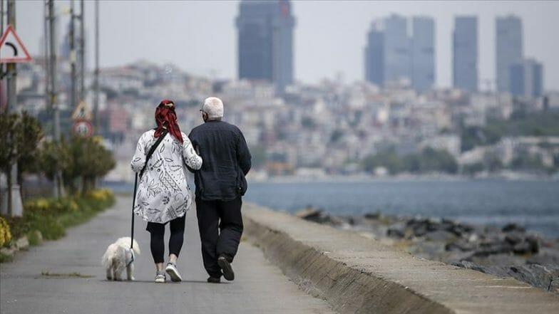 """المسنون الأتراك.. """"سلاطين"""" إسطنبول في ظل حظر التجوال"""