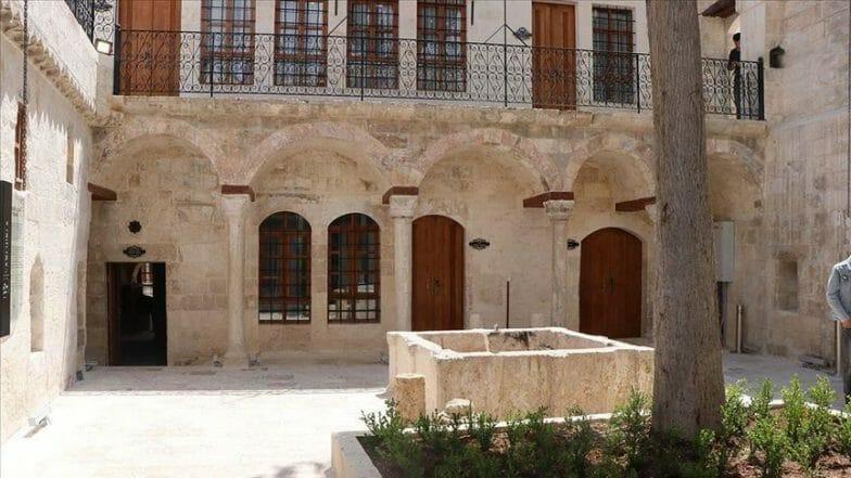 """""""بيت الولايات"""".. فندق تاريخي يجمع 11 منزلا باورفة التركية"""