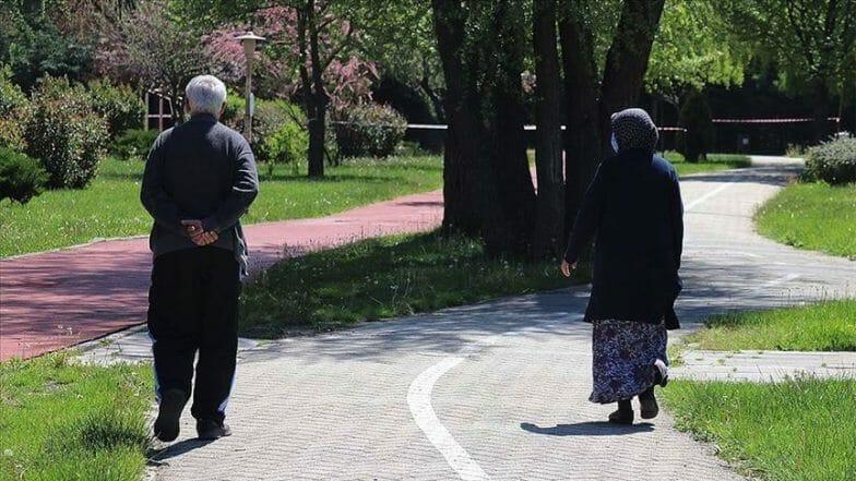 بعد نحو شهرين.. مسنون أتراك يتنفسون الهواء الطلق