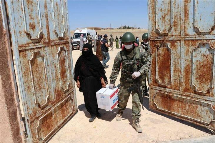 """توزيع مساعدات غذائية تركية في """"تل أبيض"""" السورية"""
