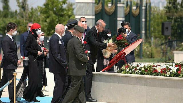 أردوغان يضع اكليلا من الزهور على نصب شهداء 15 يوليو