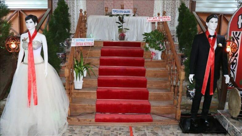 تركيا.. مجسمان بدلا من العروسين لقبول نقوط الزفاف